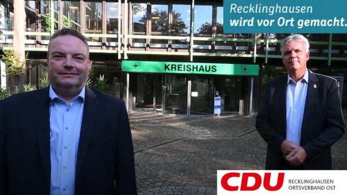 CDU Landratskandidat Bodo Klimpel und Kreistagskandidat Torsten Jakob vor dem Kreishaus Recklinghausen